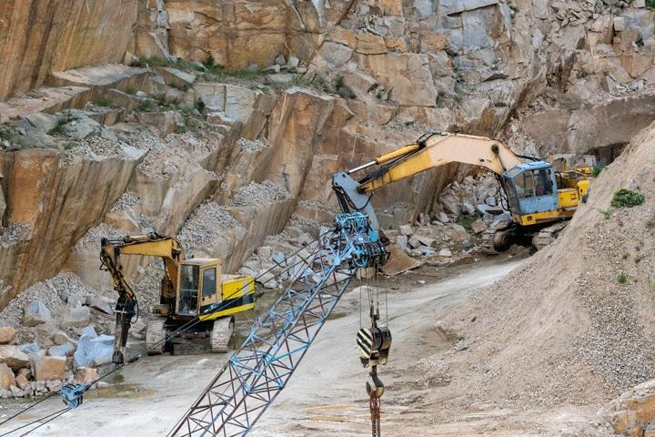 اسخراج سنگ های زینتی از معدن به وسیله ماشین آلات و دستگاه های حفاری معدن